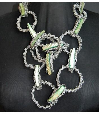 Collier argenté orné de nacres vertes claires