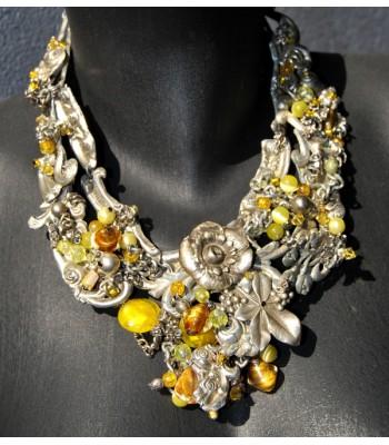 Collier fantaisie argenté orné de perles en verre jaunes