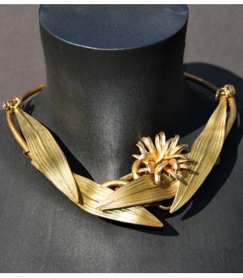 Collier doré fantaisie avec des feuilles dorées