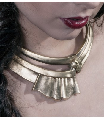 Collier doré réalisé par Martine Brun à partir de matériaux recyclés