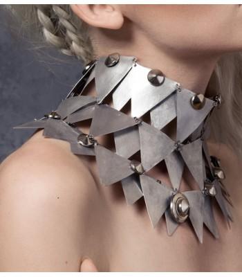 Collier fantaisie en aluminium et acier fait main par Martine Brun