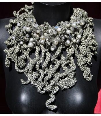 Gros collier de haute fantaisie argenté avec des tresses crochetées à la main par Martine Brun