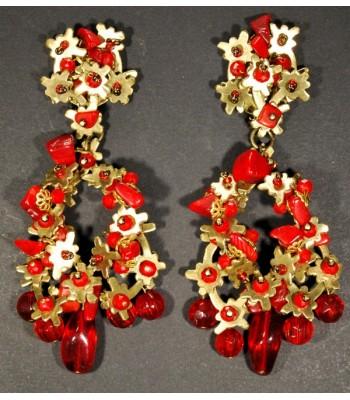 Boucles d'oreilles dorées de haute fantaisie créées par Martine Brun avec des perles rouges