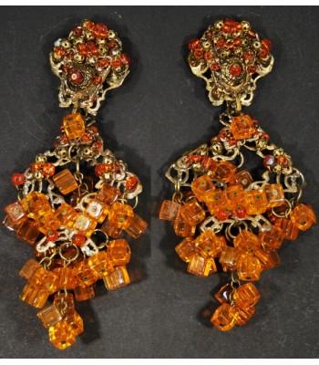 Boucles d'oreilles fantaisie dorées avec des perles oranges par Martine Brun