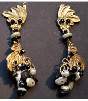 Boucles d'oreilles en bronze et laiton avec perles blanches et noires par Martine Brun