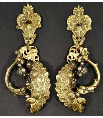 Boucles d'oreilles en bronze, laiton et avec des perles dorées, noires et ocres.