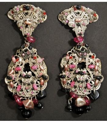 Boucles d'oreilles fantaisie argentées avec perles roses et noires par Martine Brun