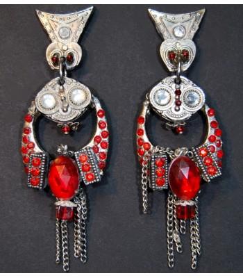 Boucles d'oreilles fantaisie uniques, argentées avec des perles et strass rouges.