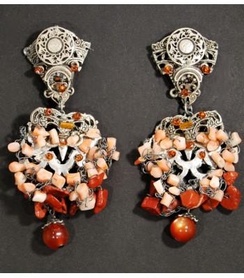 Boucles d'oreilles argentées fantaisie avec des perles en corail, création Martine Brun