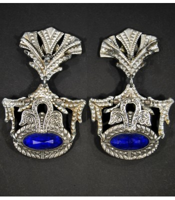 Boucles d'oreilles fantaisie argentées en métal avec cabochon en verre bleu foncé par Martine Brun