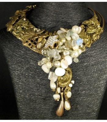 Collier doré gorgerin en bronze et laiton, avec des perles blanches.