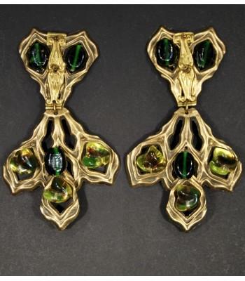 Boucles d'oreilles fantaisie dorées avec des perles en résine vertes par Martine Brun