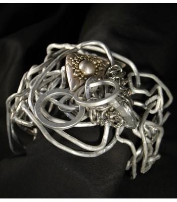 Bracelet argenté style manchette haute fantaisie, réalisé à la main par Martine Brun
