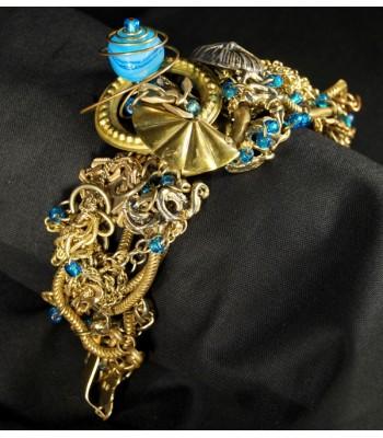 Bracelet doré décoré de perles en verre bleues ciel par Martine Brun