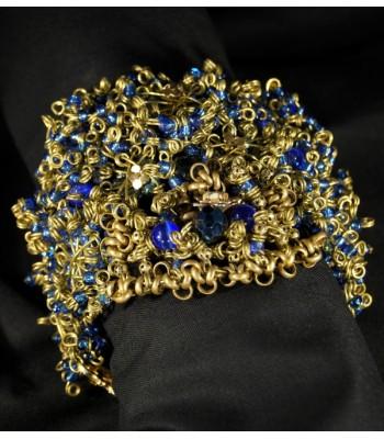 Bracelet haute fantaisie doré avec des perles bleues foncées par Martine Brun