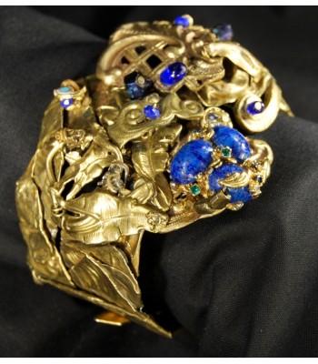 Bracelet doré haute fantaisie style baroque avec des perles bleues