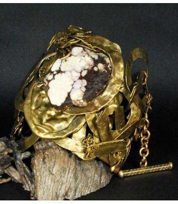 Bracelet doré haute fantaisie, création originale avec une perle en Jaspe brun par Martine Brun