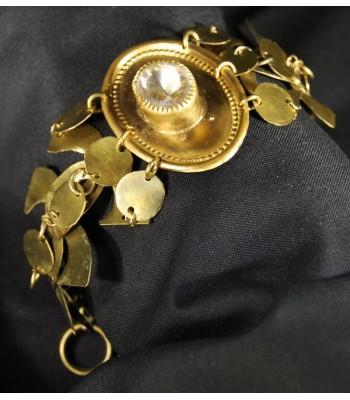 Bracelet doré conçu par Martine Brun à partir de laiton et d'un cabochon en verre