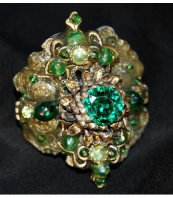 Bague argentée fantaisie au style baroque avec des perles vertes par Martine Brun