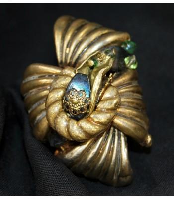 Bague dorée et verte fantaisie entièrement faite à la main par Martine Brun