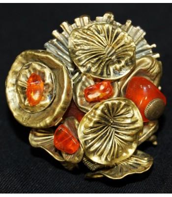 Bague dorée avec des perles oranges entièrement faite main par Martine Brun