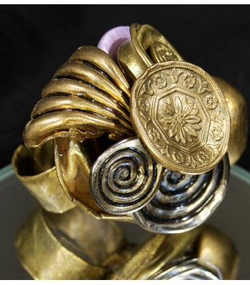 Bague dorée fantaisie réalisée avec boutons anciens par Martine Brun