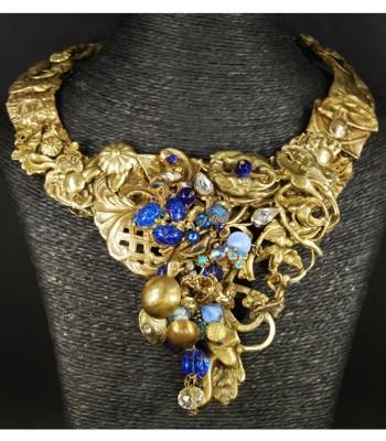 Collier doré avec perles bleues