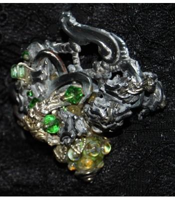 Broche fantaisie argentée avec des perles vertes, faite main par Martine Brun