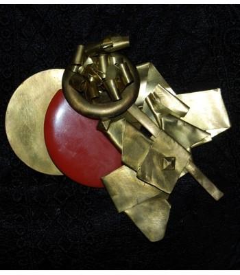 Broche dorée fantaisie avec cercle en résine orangé, par Martine Brun