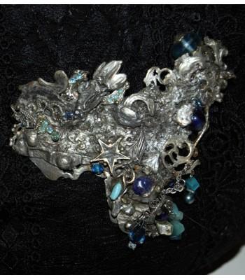 Broche argentée décorée de perles bleues en verre, création Martine Brun