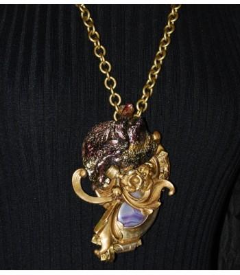 Collier sautoir doré avec grosse perle en jade violette, par Martine Brun