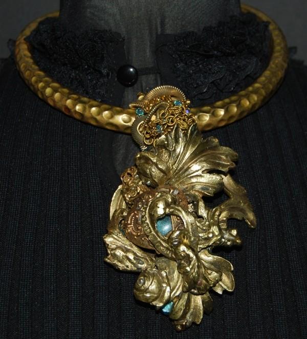 Collier doré ras-le-cou avec décoration florale, perles bleues turquoise, par Martine Brun