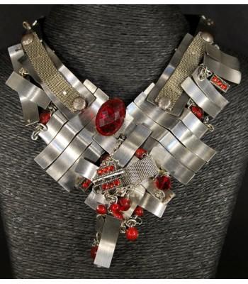 Collier argenté fait-main avec des perles en verre rouges
