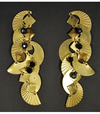 Boucles d'oreilles dorées en laiton et perles noires par Martine Brun
