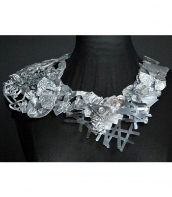Grand collier argenté original en acier et aluminium