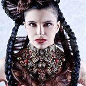 """Photo: celine.chea.photographe Modèle: julie.tanne plastron : """" bal des anges"""" bijoux#accessoire#collier#hautefantaisie#baroque#faitmain#madeinfrance#luxe#pieceunique#jewel#recyclé#metal#perles#doré#gold#mannequin#paris#france#shooting#"""