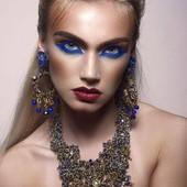 COLLIER BARBU en vente sur mon site www.martinebrun.com collier et boucles @martinebrunjewelry photo @jimmybollaerts_official modèle Evelyne Van Eetvelde mua @caroline.quirynen #collier #beauty #bijou #bijouxlovers #Accessoir #madeinfrance #bijouterie #bijouxfaitmain #tendance2021 #bijouxfaitmain #recyclage #recycle #fashion #mode #bleu #dore #boucledoreille #baroque #gold #jewel